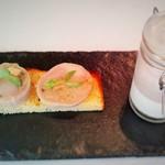 シェ・モンピエール - 自家製ブリオッシュのローズマリー風味。うさぎとフォアグラのバロティーヌ