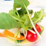 シェ・モンピエール - 季節の野菜とハマグリ。すだちの香り