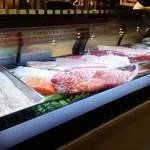 35857661 - 新鮮な魚がショーケースに並んでいます