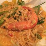 アジアン屋台 ミネマツ屋 - クン・パッポン・カリーには、このエビが4匹入っています。殻も頭も食べられます。