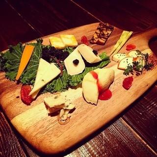 世界の様々な産地から取り揃えた、個性豊かなチーズをご用意◎