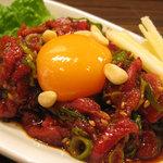コリアンバール 一天張 - ユッケは鮮度のいい牛肉と甘めのたれが絶妙!