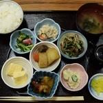 内野家キッチンにぎわい亭。 - 小鉢スペシャル定食980円