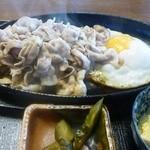 いります食堂 - 豚バラ肉のジュージュー焼き定食(ニンニクたれ)