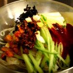 コリアンバール 一天張 - ピリ辛つるつるのビビン麺はシメにおすすめ。