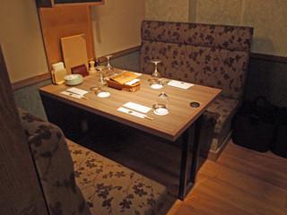 ニクバル CARNIVOR - シックなテーブル席