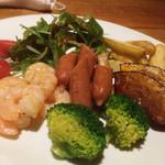 チーズ&フルーツバル GROW - チーズフォンデュセットの野菜、海老、キノコなどなど