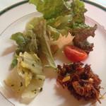 パリンカ - 木の実と香草を蜂蜜で和えたもの。白菜マリネ