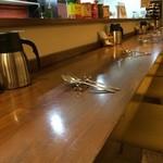 Sion - 清潔、シンプルなカウンター、奥行き、席間も贅沢な造りです