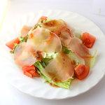じゅりぃー - 生ハムとクラゲの野菜サラダ