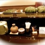 天ぷら ひさご - カウンターテーブルの上に紙ナプキンがないのは困るな。カボチャの存在感ありすぎ!!!(@@)