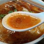 西安刀削麺酒楼 - スープ