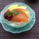 35887742 - フルーツたっぷり杏仁豆腐