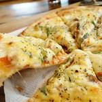 香房 ゆず夢cafe - 2013年12月 自家製ベーコンの厚切りピザ。チーズの伸びチェック!