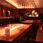 バー エアーズ ロック - 手作りのぬくもりが伝わる木製テーブル