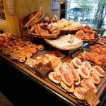 35891786 - 店内にはおいしそうなパンが・・
