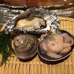 35894332 - 焼き貝(ハマグリ、答志島かき、大あさり)