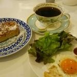 カフェ ビアンカ - 珈琲・フレンチトースト・目玉・サラダ 750円