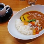 35898302 - 温野菜のせカレーとコーヒー(セット)