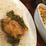 ヤミツキカリー - タイ風でも欧風でもインド風でもないカレー。 パクチーが良く合います(^.^) 牡蠣とホーレン草のカレー。 900円のわりには牡蠣が沢山入ってました(^.^)