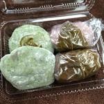 島地屋餅店 - 料理写真:草餅(粒あん焼印あり)@110、桜餅@110