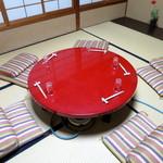 楽 - 朱塗りの丸テーブルが置かれた個室