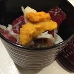 都寿司 - 鮪、蟹、アボカドを煎り酒でご飯にのせて