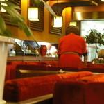 三輪 - 赤いプリーツスカートドレスのウエイトレスさん