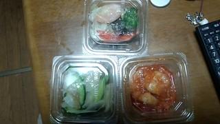 上海デリ ルミネ大宮店 - お惣菜(上:エビとブロッコリーの八宝菜風、下左:中華くらげとキュウリの和物、下右:エビチリ)