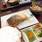 お食事処 だんらん - 鮭定食 かなり厚切りの鮭なのでボリューム満点!