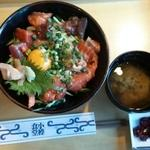 小樽食堂 - ランチの海鮮ユッケ丼(味噌汁、漬物付き)1050円