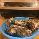 広島春牡蠣フェスタ かき小屋 - テーブルによっては電気ロースター