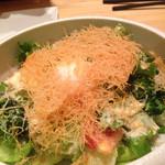 多囲 - パリパリジャガイモと温度卵のサラダ