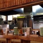 kobiki tei - 厨房とカウンター席