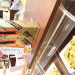 ハウステンボス - カステラの城はこんな感じで試食が何種類も並んでて 列の順番で流れ作業で食べ比べ