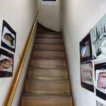 酒処 つがる - 2階へ上がる階段