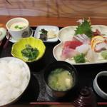 一三吾 - 料理写真:暫く待つと注文した刺身定食1300円が運ばれてきました。