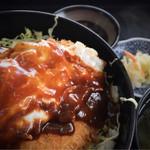 35955347 - サービス定食(メンチ・コロッケ・目玉焼きが載った丼に、味噌汁、漬物、小鉢…これだけ付いて、税込 500円♪)