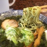 あらやと麦六 - 麺にもワカメが練り込んであり、緑の麺でツルツルしこしこしてる。