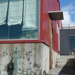 ククム - 赤い建物が目印