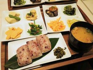 MARUFUJI CAFE - お食事メニューは、MARUFUJI8品プレート 850円に。 おにぎり3個とお味噌汁、おかずは日替わりで8品付いてます。