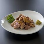 相撲茶屋 玄海 - 鹿児島地鶏焙り焼 930円。当店人気No.1.親方が選りすぐった地鶏にゆず胡椒をつけてどうぞ。