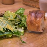 フレンチマーケット - 1-3)最初はパンとサラダの1プレート