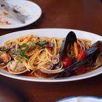 トラットリア・築地パラディーゾ - 料理写真:名物 本日の貝類とチェリートマトのリングイネ ペスカトーレ風