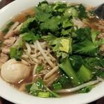チョークディー - タイ醤油スープの鶏肉米麺 魚団子入り