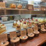 フレンチマーケット - 店内の生ケーキのコーナー