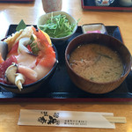 35992911 - 海鮮丼には、サラダ、あら汁、お新香付き。