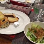 モモ カフェ - 食べ放題のパンとサラダ