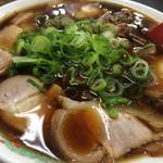 新福菜館 - この黒いスープが意外とあっさり 蕎麦のかえし的な旨味をもつのです