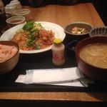 和食や 神楽坂店 - ランチの日替り肉定食。鳥カラ野菜餡(^∇^)